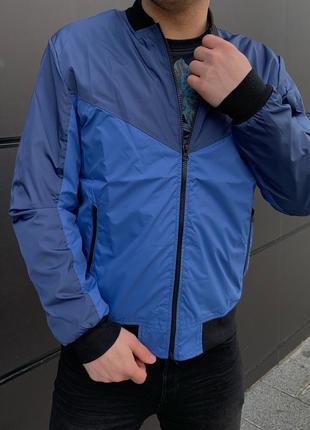 Легкая голубая куртка бомбер