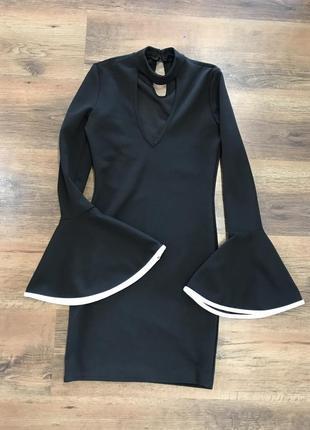 Фантастическое платье с расклешенными рукавами