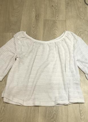 Белый вязаный свитер со спущенными плечами