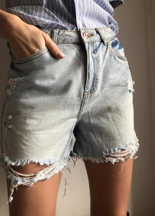 Светлые джинсовые рваные шорты