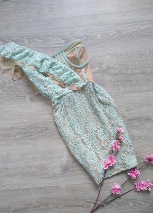 Платье бюстье на одно плечё с мятным кружевом и воланом prettylittlething