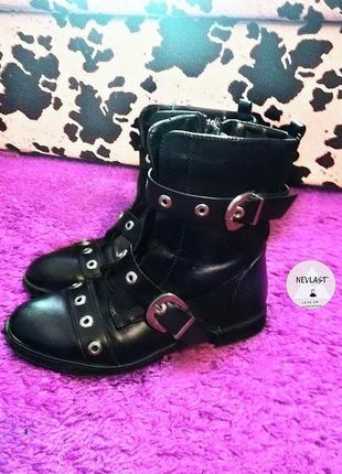Ботинки черные с заклепками  на шнуровке