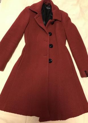 Стильное твидовое пальто.