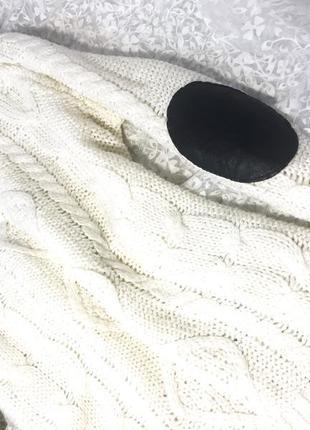 Белый свитер с кожаными вставками