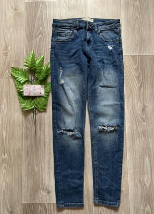 Синие джинсы с дырками