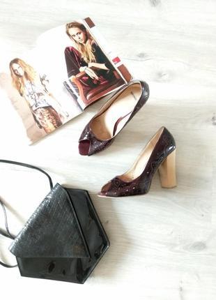 Элегантные женские лаковые туфли с открытым носком.