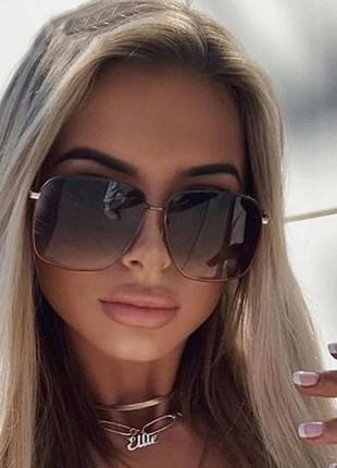 Крупные квадратные солнцезащитные очки с двухцветной оправой и линзой серый градиент