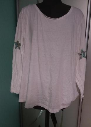 Белый лонгслив со звездами на рукавах большого 24-26 размера