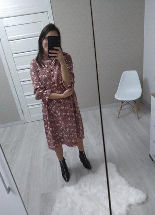 Пыльно розовое платье в цветы