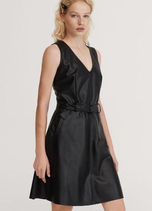 Шикарное кожаное  платье с поясом