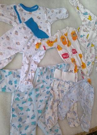 Набор одежды для новорожденных.