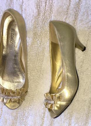 Золотые туфли лодочки с открытым носком bellucci