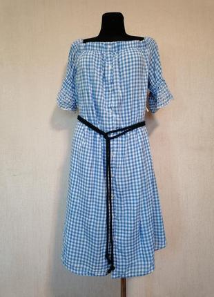 Красивое летнее платье с открытыми плечами в клеточку