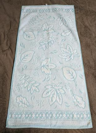 Нежное махровое полотенце с листочками
