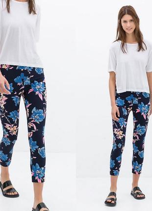 Крутейшие зауженные укороченные брюки в цветок zara