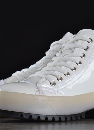 Ботинки женские на платформе martens стиль белые на шнуровке лакированные2 фото
