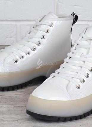 Ботинки женские на платформе martens стиль белые на шнуровке лакированные3 фото