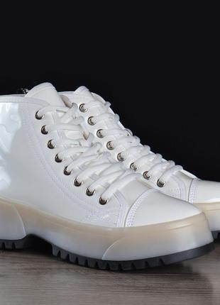 Ботинки женские на платформе martens стиль белые на шнуровке лакированные4 фото