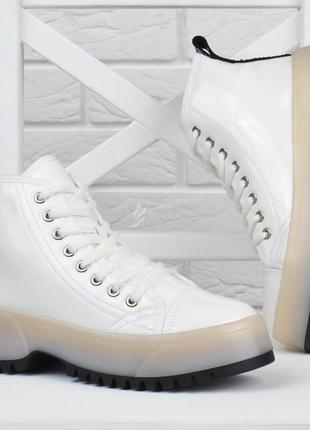 Ботинки женские на платформе martens стиль белые на шнуровке лакированные1 фото