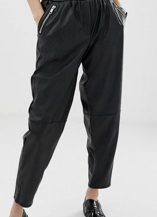 Стильные брюки из экокожи