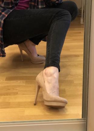 Бежевые туфли stradivarius на высоком каблуке