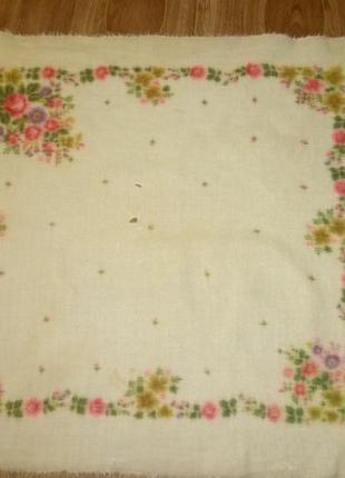 Шерстяной платок в цветах молочный винтаж из ссср