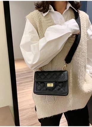 Небольшая черная классическая сумка