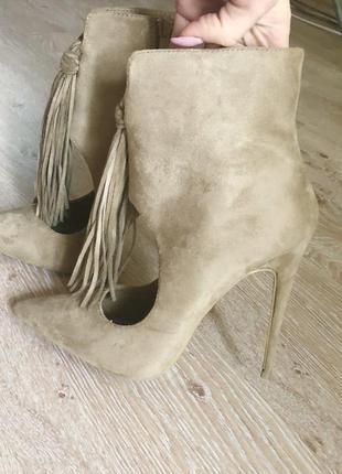 Женские туфли на высоком каблуке.