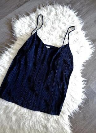 Синяя майка из плиссированного трикотажа на бретелях в бельёвом стиле / футболка4 фото