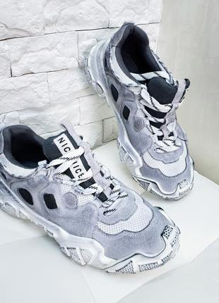 Кроссовки серые с эффектом грязной подошвы