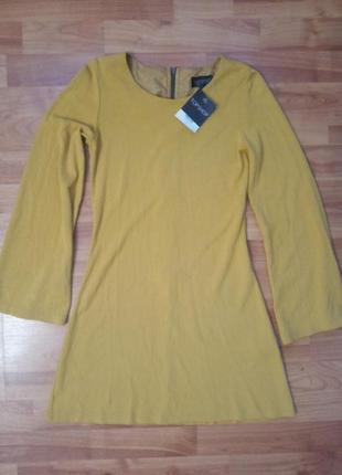 Горчичное платье с расклешенным рукавом