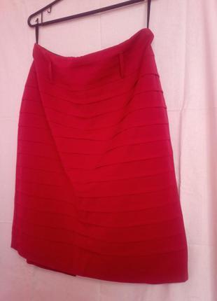 Очень яркая красная юбка