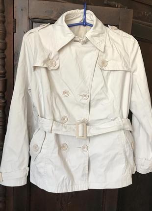 Светлая серая куртка короткий тренч с поясом