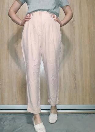Крутые брюки на высокой посадке с подкатами ровного кроя нежно розового пудрового цвета
