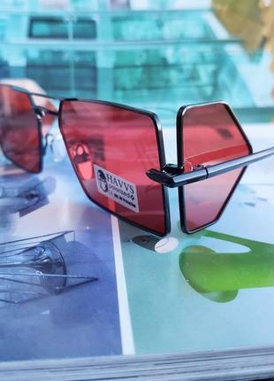 Стильные солнцезащитные очки с красной линзой и боковыми шорами