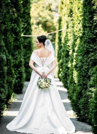 Элегантное атласное свадебное платье с открытыми плечами 2020