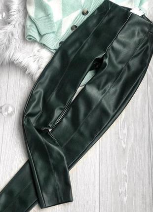 Красивые лосины с кожзама насыщено зелёного цвета