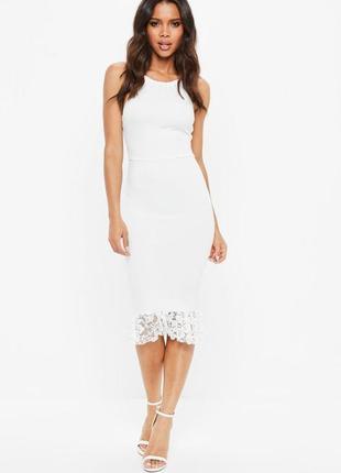 Белое облегающее платье с открытой спиной и кружевной оборкой