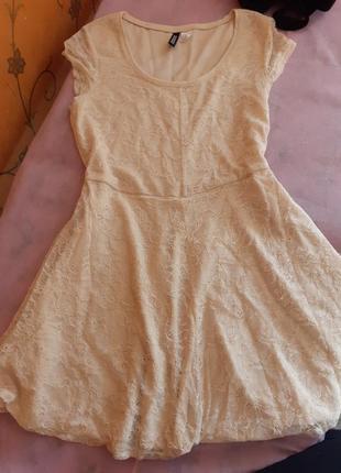 Нежное бежевое платье