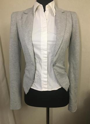 Серый короткий пиджак