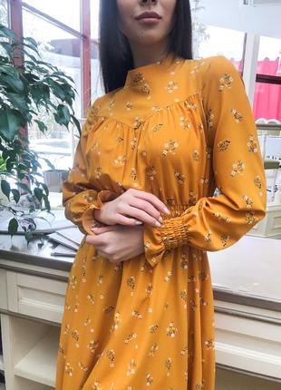 Горчичное платье миди с цветами