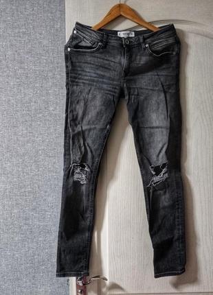 Серые джинсы с дырками на коленях