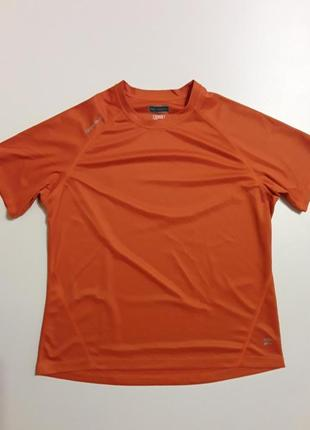 Фирменная футболка для занятий спортом