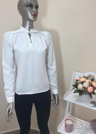 Молочна нарядна блузка призібрана на шиї і з бантом