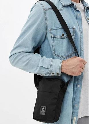Мужская спортивная сумка через плечо reebok. оригинал. кроссбоди мессенджер. чёрная.