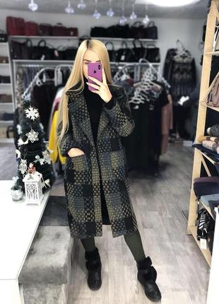 Стильне шерстяне пальто в наявності