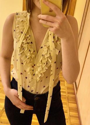 Симпатичная светлая блуза без рукавов с рюшами с принтом