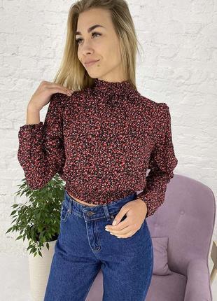 Укороченная блузка с эластичным воротником-стойкой