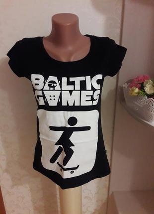 Стильная футболка с принтом. черная футболка, белый принт.