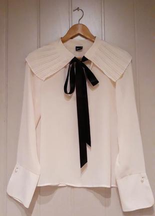 Кремовая блузка с бантом